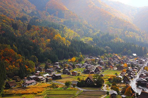 Shirakawago, destaca entre las montañas por sus típicas casas de tejado triangular de paja